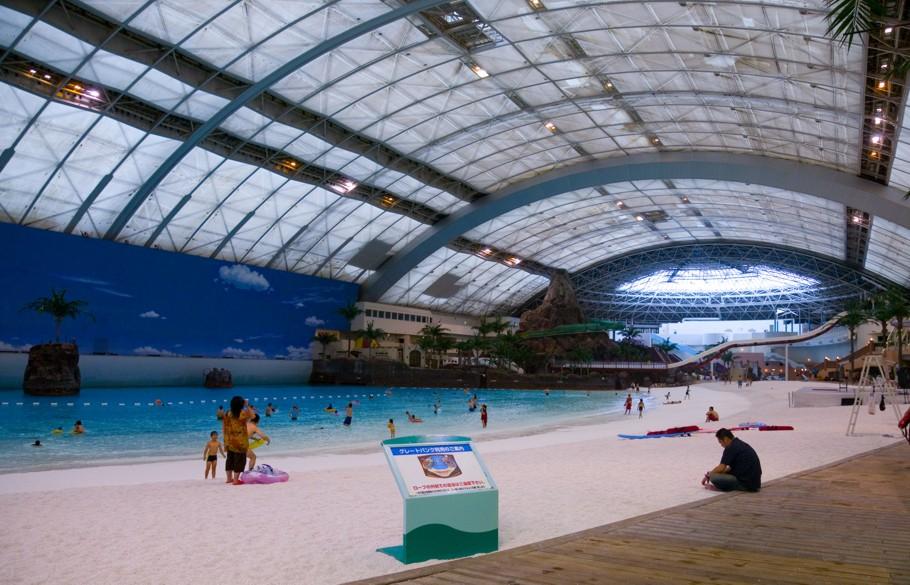 Science Fiction artiger Pool mit Sandstrand unter einer Kuppel